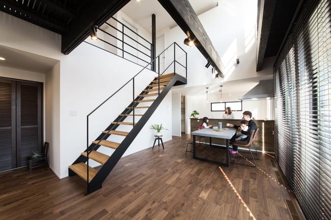 小幡建設【デザイン住宅、子育て、間取り】家族が互いに顔を合わせられるようにリビング階段を採用した