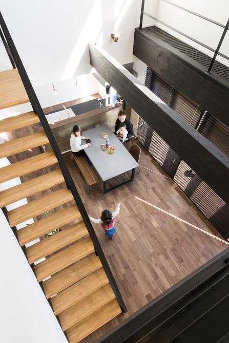 小幡建設【デザイン住宅、子育て、間取り】吹抜けから1階を見下ろす景色がご主人のお気に入り
