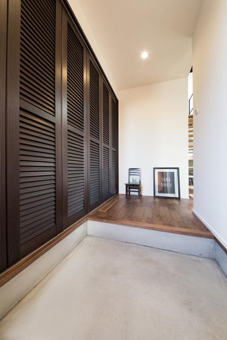 小幡建設【デザイン住宅、子育て、間取り】シューズクロークの扉も他の木材と色を統一。4人家族でも余裕のある収納量を確保した