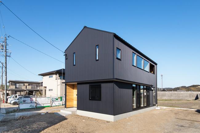 小幡建設【デザイン住宅、子育て、間取り】黒のガルバリウムでシンプルにまとめた外観