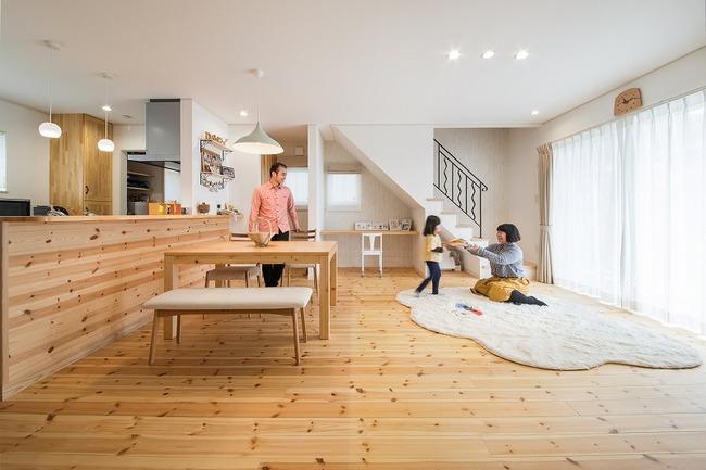 小幡建設【デザイン住宅、子育て、収納力】奥さまの希望でキッチンからリビングが見渡せる間取りに。家族が顔を合わせられるようにと配置したリビング階段にはOBさん宅で見たアイアンの手すりも取り入れた
