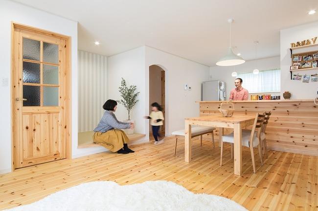 小幡建設【デザイン住宅、子育て、収納力】キッチン横の一段上がった空間は、7段のひな人形が飾れるように設計。普段はおこもりスペースとして活用できる