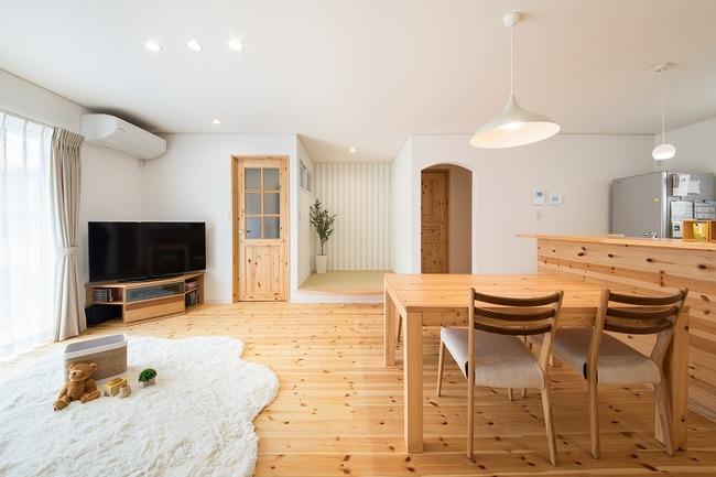 小幡建設【デザイン住宅、子育て、収納力】素朴で柔らかいイメージのあるパイン材を使い、暖かいイメージのある空間に
