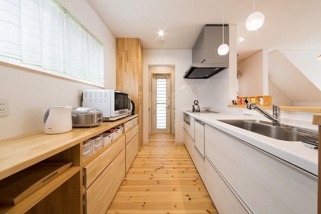 小幡建設【デザイン住宅、子育て、収納力】いろいろなメーカーのキッチンを見たがしっくりくるものがなかったという奥さま。『小幡建設』が身長に合わせて作った造作の棚は使いやすさ抜群