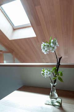 動線と性能も追求した、自然素材の平屋風二階建て