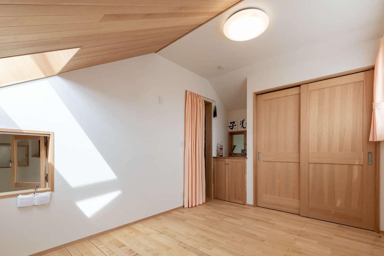 ツリーズ【子育て、自然素材、間取り】2階にあるのは子どもたちの個室だけ。吹き抜けに面した室内窓からは、1階にいる家族の声が聞こえ、顔を出しての会話でコミュニケーションもスムーズに