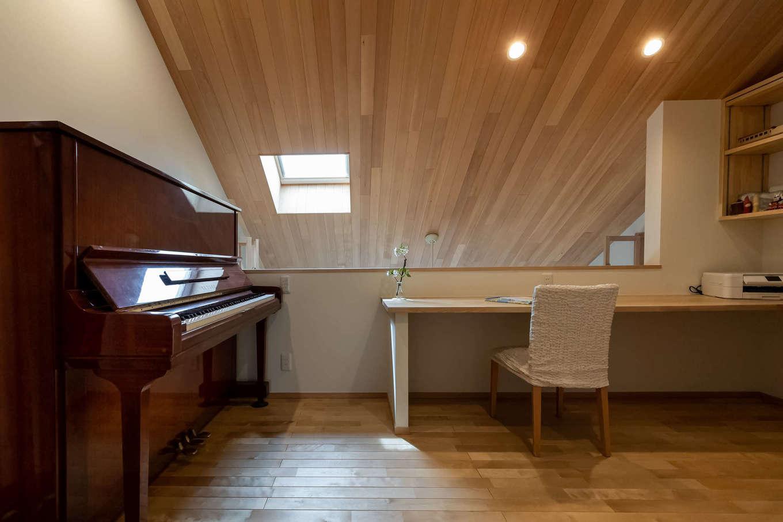 ツリーズ【子育て、自然素材、間取り】吹き抜けと一体化した2階の共用スペース。カウンターと棚を設け、読書や勉強に使えるスタディコーナーに