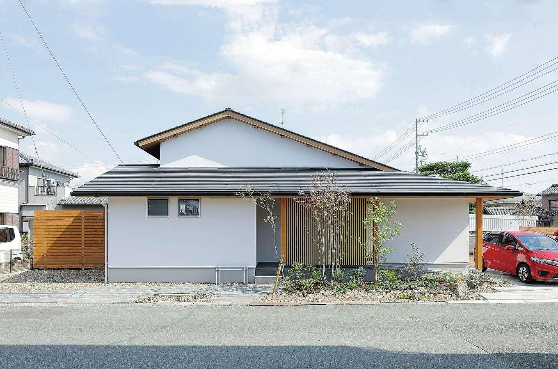 花みずき工房【和風、自然素材、平屋】白い塗り壁と黒屋根のコントラストが美しい外観