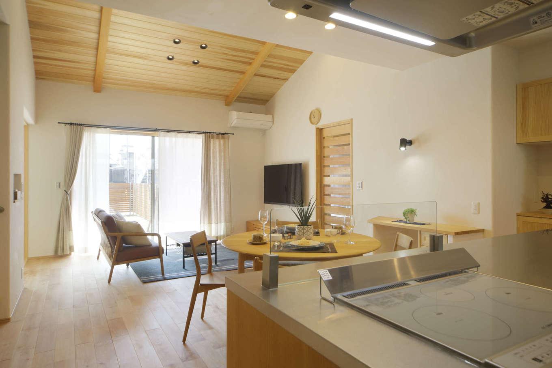 花みずき工房【和風、自然素材、平屋】奥行きを感じるダイニングキッチンとリビング