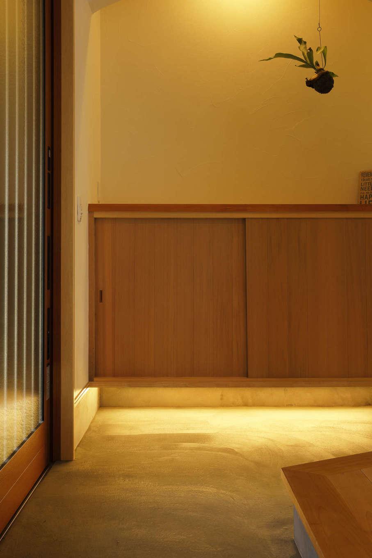 花みずき工房【和風、自然素材、平屋】玄関は造作棚と左官仕上げの塗り壁が美しい