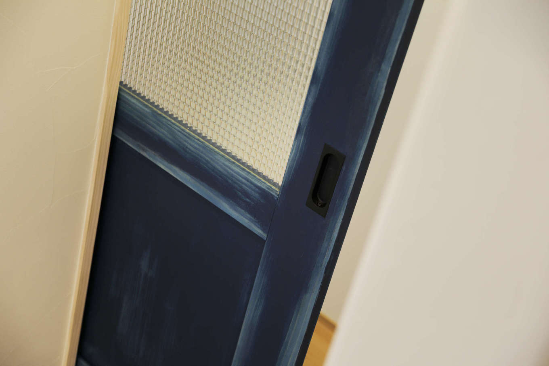 花みずき工房【和風、自然素材、平屋】オーダーで塗装したブルーの扉は空間のアクセントに