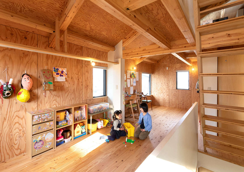 入政建築【デザイン住宅、子育て、間取り】2階の子ども部屋は仕切りのないオープンな空間。1階の家族の気配を感じとれる。構造用合板の壁は、お子さまのギャラリースペース。自慢の工作や絵を自由に飾って楽しめる