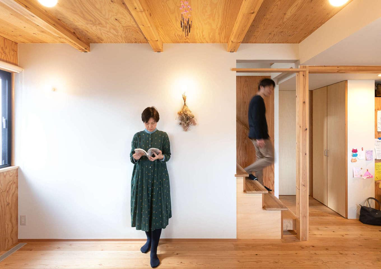 入政建築【デザイン住宅、子育て、間取り】室内を十字に仕切る壁のみ白くペイントし、木の空間にアクセントを付けた。階段の一段目は神社のご神木のヒノキ材。踏み心地もどっしりと安定感がある