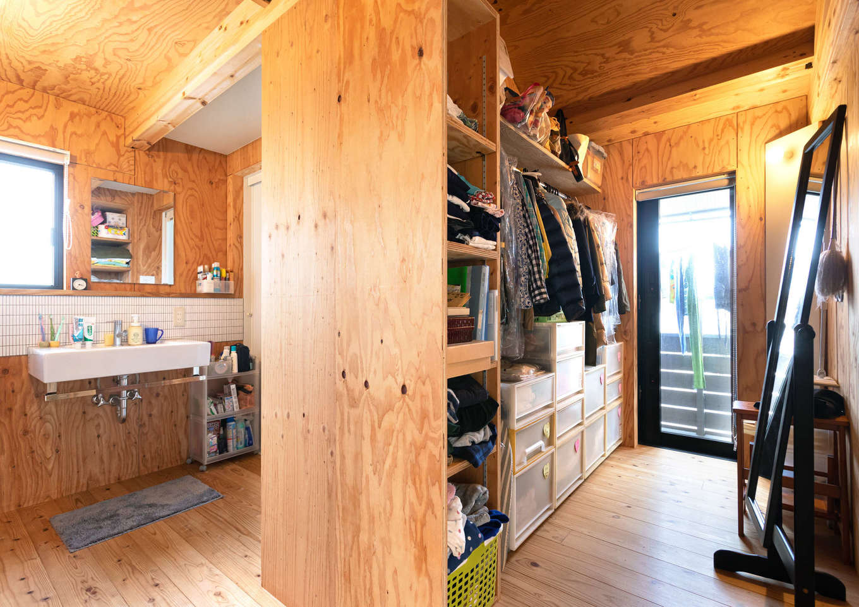 入政建築【デザイン住宅、子育て、間取り】洗面スペースからクローゼットを通ってベランダへ。洗濯物を洗う・干す・しまうが1つの動線上でできるので、家事効率が格段にアップ