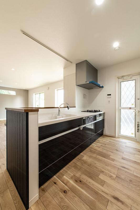 軽食やワークスペースとして使える奥行きのあるキッチンカウンター。照明にはスピーカーも付いているので、料理をしながら心地良いサウンドが楽しめるでしょう。