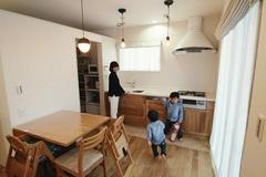 無垢のフローリングが心地よい 仲良し家族の距離感を大切にした二世帯住宅