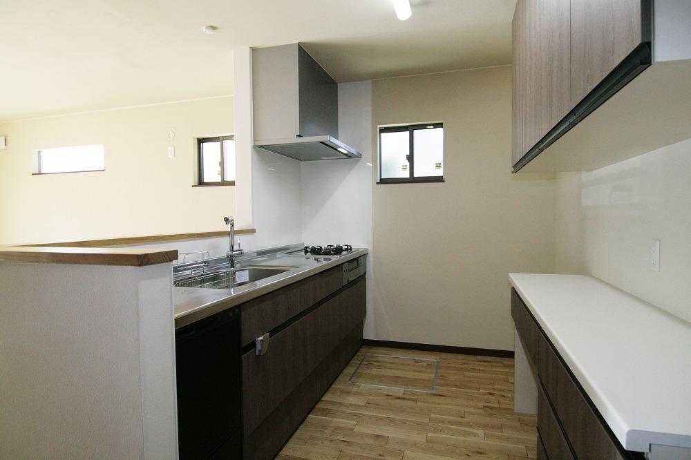 太陽ハウジング【子育て、収納力、間取り】キッチンの背面収納はカウンターを広くとり、小型家電を一直線に並べて腰をかがめずに使える