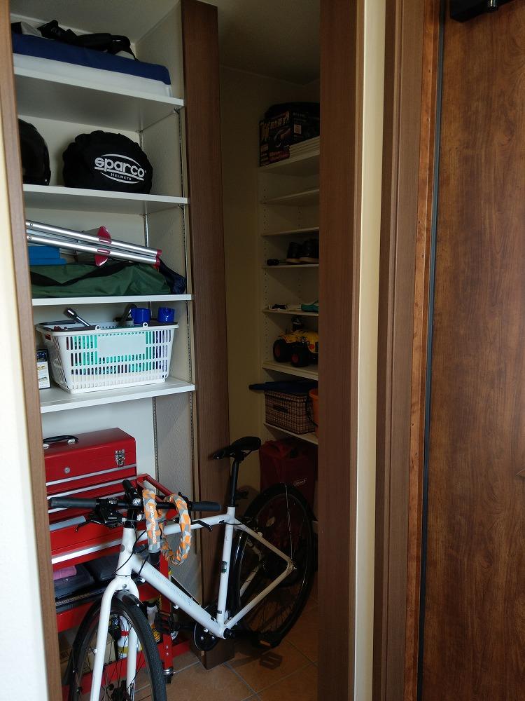 太陽ハウジング【子育て、収納力、間取り】大人用の自転車も入るシューズインクローゼットは、靴用の棚とカーグッズやアウトドア用品がしまえる棚に分けた