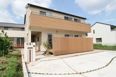 便利な収納がいっぱい!木目調のやさしい雰囲気のお家