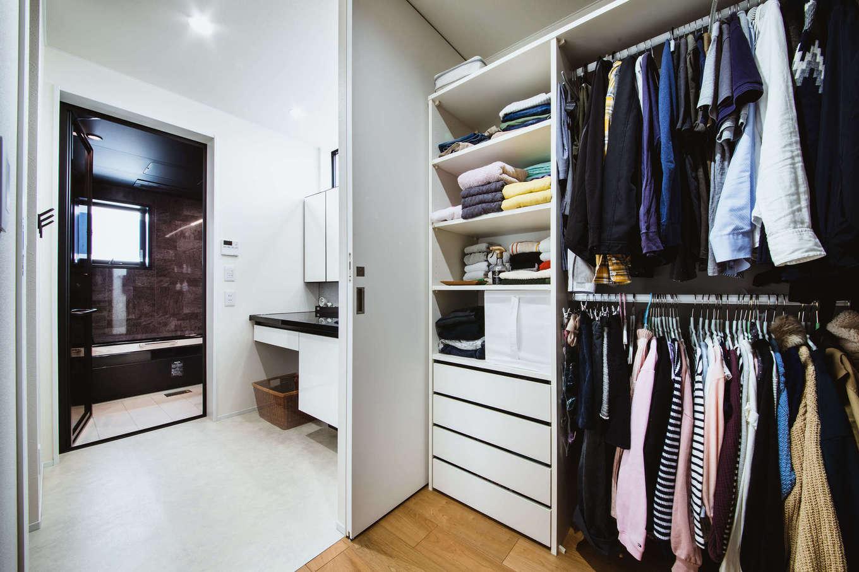 ナイスホーム【デザイン住宅、収納力、間取り】クローゼットと洗面・バスルームがひと続きになった間取り。キッチンや家事室ともつながっていて、生活がしやすい