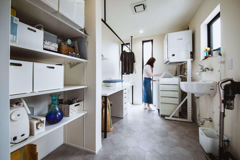 ナイスホーム【デザイン住宅、収納力、間取り】室内干し空間を兼ねた家事室の広さは3坪ほど。採光や通気性の良さにも配慮し、作業スペースもたっぷりと確保