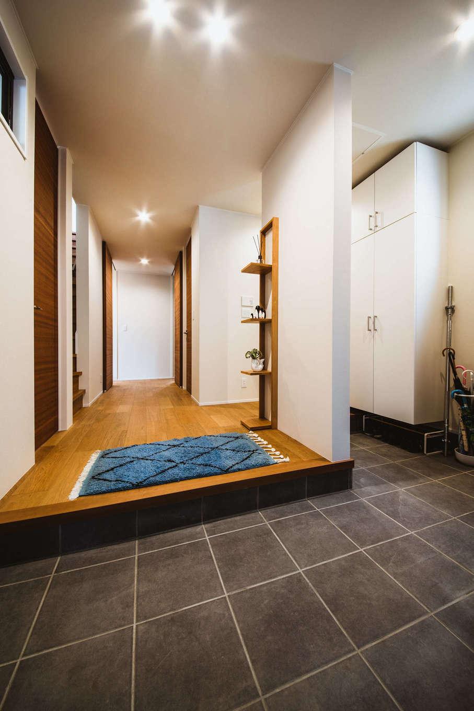 ナイスホーム【デザイン住宅、収納力、間取り】「将来、車椅子になってもいいように」と、玄関からゆとりのある造りに。使いやすい高さや幅にも気を配った