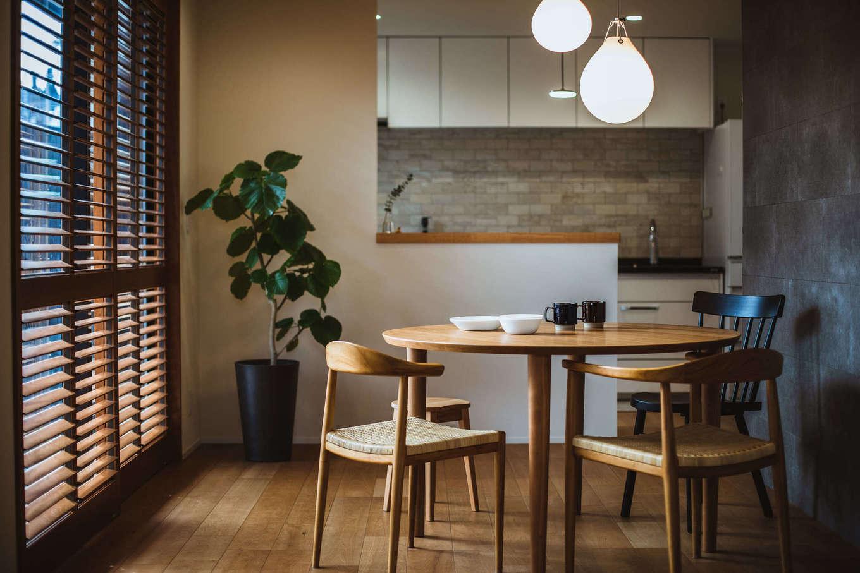 ナイスホーム【デザイン住宅、収納力、間取り】絶妙な高さのカウンターが印象的なダイニング。光や視線を調節するウッドシャッターは、閉じて拭くだけで簡単に掃除ができる