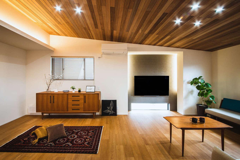 ナイスホーム【デザイン住宅、収納力、間取り】家の中に変化をつけたいと考え、リビングはマホガニーの勾配天井に。北欧家具とマッチしたデザイン性の高い空間に仕上がっている
