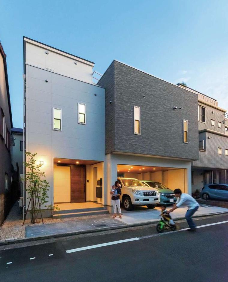 ガレージと玄関ポーチの照明もスタイリッシュにデザイン
