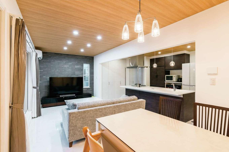 テレビボードの壁面は石材パネルでシックな仕上がりに。家の雰囲気に合わせて家具もコーディネート