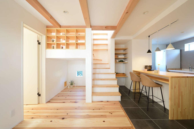 野本建築【趣味、自然素材、ペット】フロアタイルはAさんが悩みに悩んで選んだお気に入り。階段の踊り場にはスキップフロアと書棚を設け、ミニライブラリーとして利用