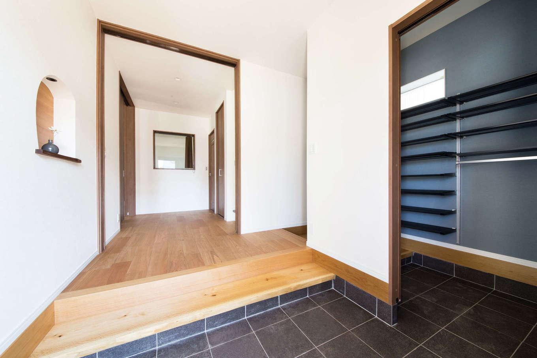 野本建築【子育て、自然素材、インテリア】シューズクローク付きの玄関は広さにゆとりを持たせてあり、壁面には奥さまの要望で曲線のニッチを設置。細部まで丁寧に仕上げてある