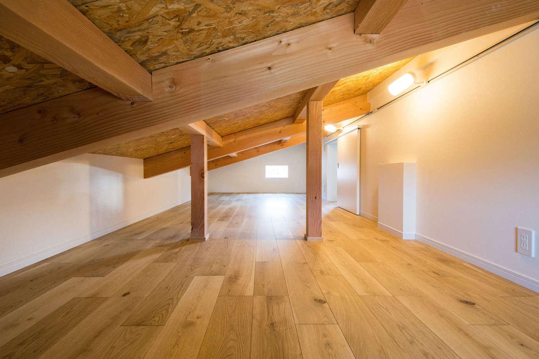 野本建築【子育て、自然素材、インテリア】2階の寝室に通じる小屋裏収納。季節ものの荷物や、かさばる荷物をまとめてしまえて便利。秘密の隠れ家としても子どもたちに大人気