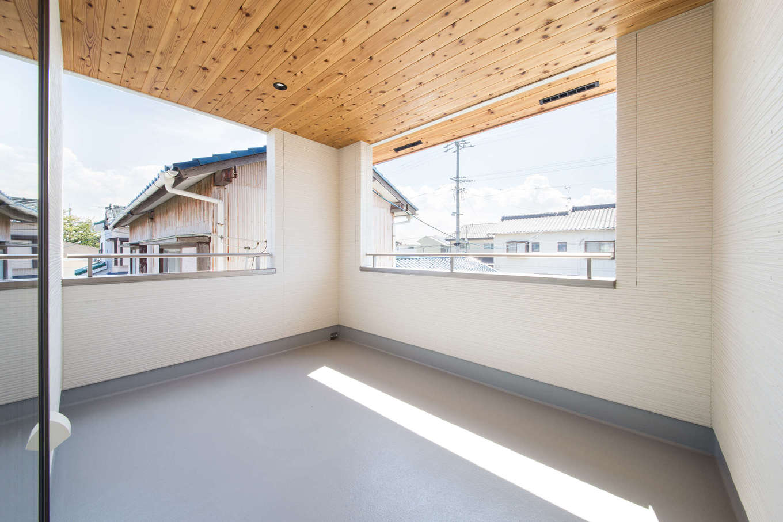 野本建築【子育て、自然素材、インテリア】2階のインナーバルコニー。屋根付きなので雨に濡れずに済み、洗濯物を外に干して外出しても安心。板張りの天井が心地よさを感じさせ、晴天の休日にデッキチェアにもたれてくつろぎたくなる空間