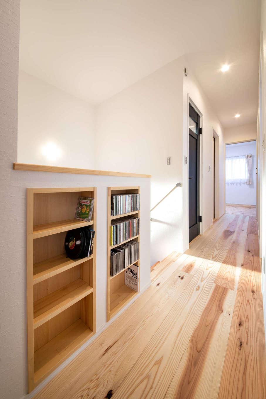 野本建築【子育て、自然素材、インテリア】2階の廊下の腰壁を有効利用して、書棚スペースを確保。ご主人の愛読書やお子さんの絵本を並べ、寝る前に本を取り出して寝室へ持ち込める