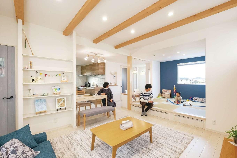 イデキョウホーム【デザイン住宅、省エネ、屋上バルコニー】斜めからの視界が開け、広く見える空間取りを採用。白い床と壁に木の温もりとアクセントカラーのブルーを添え、明るく爽やかな雰囲気に。富士山が望める和室の北側には大きなFIX窓を。毎日見られる場所に家族の写真を飾りたいとリビングの壁一面にディスプレイ棚を造作。UA値0.44と北海道レベルの高断熱と特許取得の全館空調システムが、365日室温20℃台をキープ。エアコン1台で、広いLDKをはじめ、家のどこでも快適に過ごせる