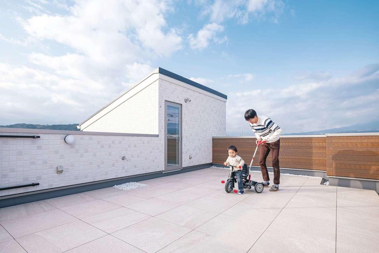イデキョウホーム【デザイン住宅、省エネ、屋上バルコニー】住宅街とはいえ、玄関前の道路は車の往来が多い。その点、屋上なら安心して子どもを遊ばせられる。夏になったらタープを張ってBBQをする予定だそう