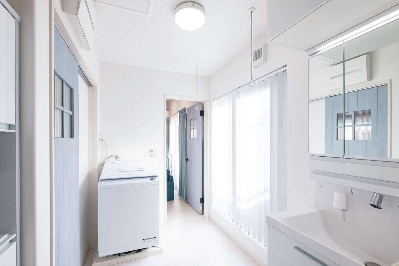 洗面室は左からキッチン、正面からリビングに出られる回遊動線が便利