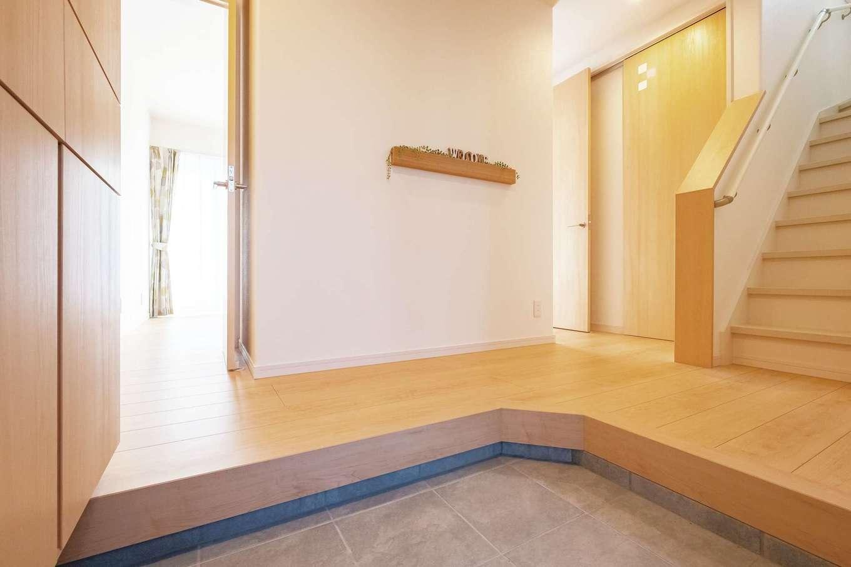 大容量の靴箱を備えた玄関。広めのL字型ホールでゆったりと出入りできる