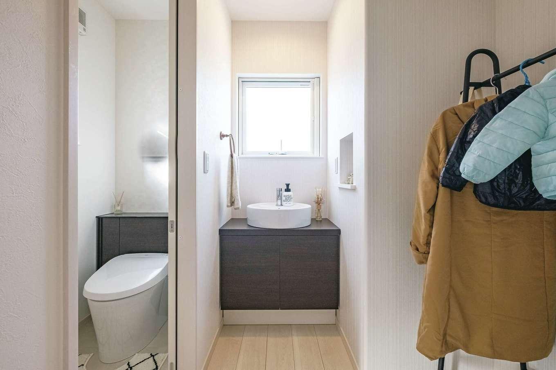 2階洗面とトイレはモノトーンでシックに。コート置き場を作ってリビングに持ち込まない工夫も