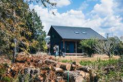 自然と調和した暮らしをおおらかに楽しむ大屋根の家