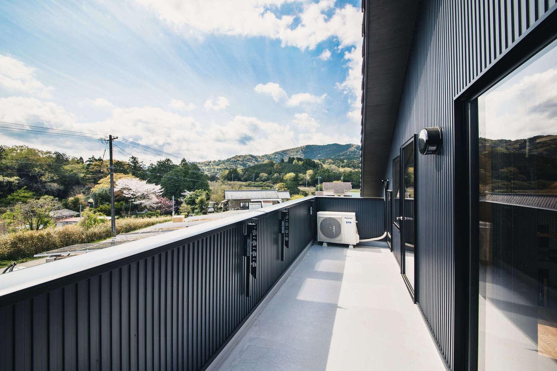 安形【デザイン住宅、子育て、自然素材】2階の東面に設けたバルコニー。周囲の山々をちょうどいい角度から見渡せる