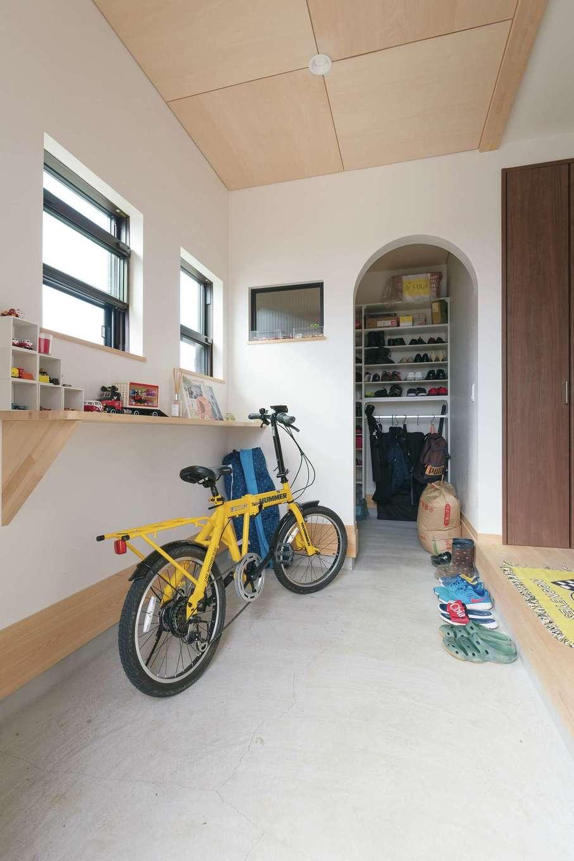 福工房【子育て、間取り、自然素材】玄関は同社ならではの土間仕立て。収納も機能的