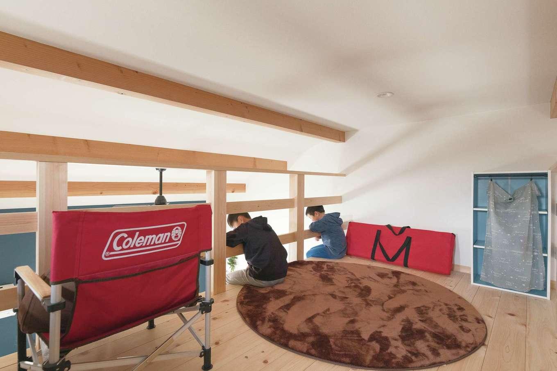 福工房【子育て、間取り、自然素材】階段でつながるロフトは絶好の遊び場