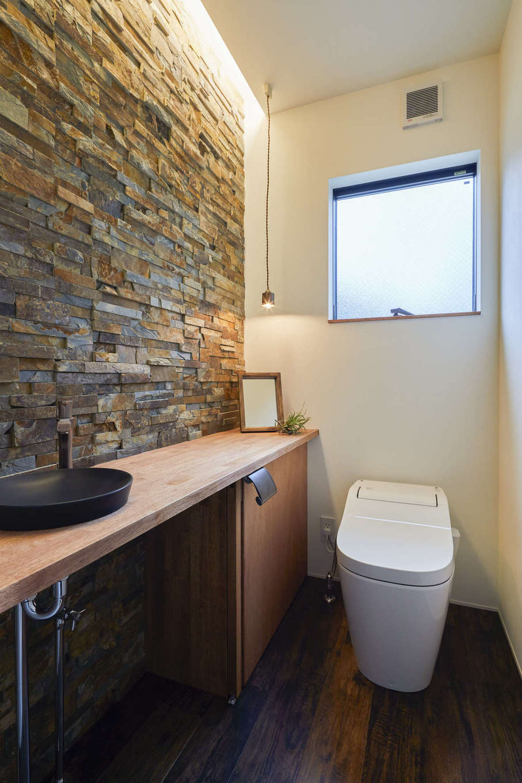 温戸ライフ【デザイン住宅、趣味、自然素材】おしゃれなMさん夫婦はトイレのデザインにも手を抜かない。完成見学会でひと目惚れした天然石の壁を採用したり、造作カウンターにわざわざ集成材を使うなど、細かなディテールにもこだわっている
