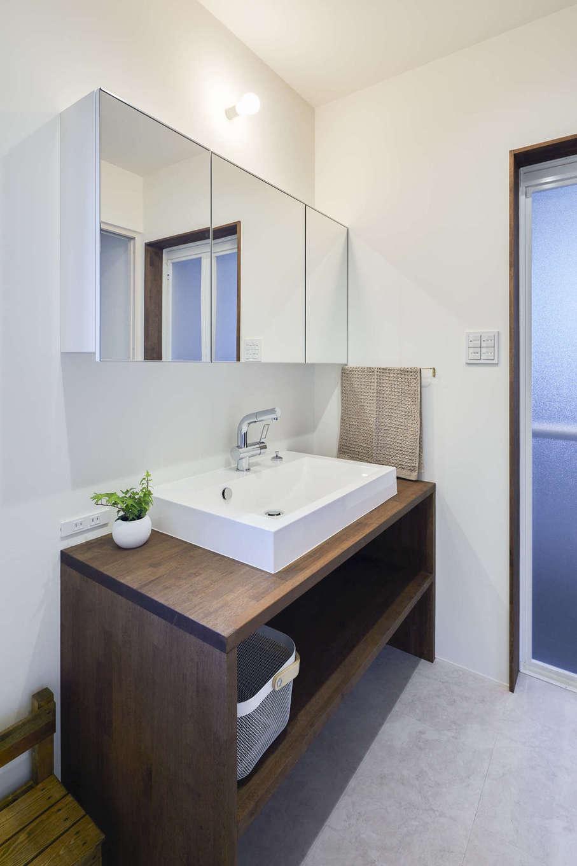 温戸ライフ【デザイン住宅、趣味、自然素材】縦・横のラインが美しいホテルライクな洗面台。ワイドな鏡とスクエアな洗面ボウルが程よく調和している。収納棚は造作