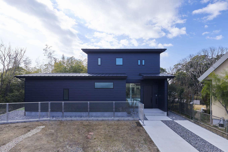 温戸ライフ【デザイン住宅、趣味、自然素材】旗竿敷地に完成したM邸。外壁も玄関ドアもすべて黒で統一。どっしりと安定した外観フォルムとPCフェンスの組み合わせ、外は閉じ、中に開いたプランニングが住まう人に安心感をもたらす