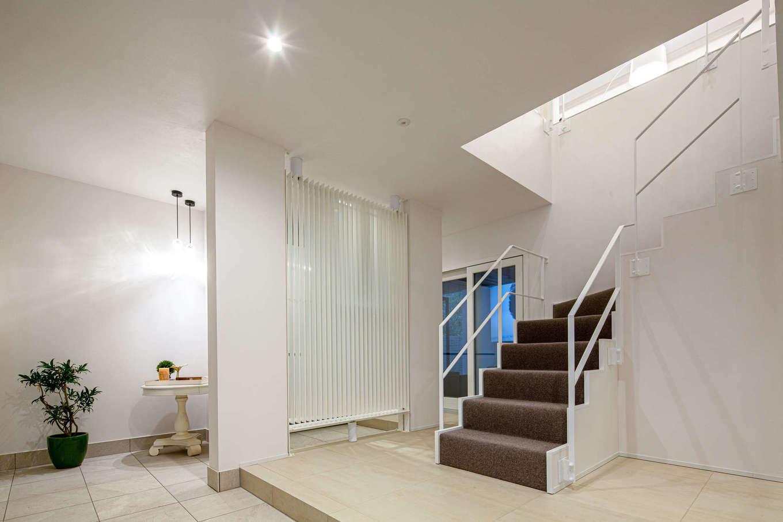 スタイルカーサ【デザイン住宅、趣味、建築家】洗練された美術館を思わせる玄関ホール。白い格子パネルは次世代省エネ冷暖房システムの「光冷暖」で、風を感じることなく、家中隅々まで快適な温度に保ってくれる