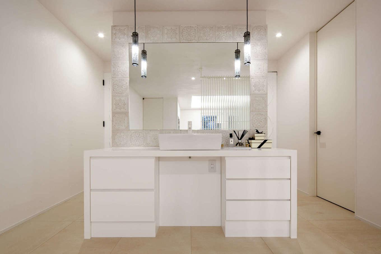 スタイルカーサ【デザイン住宅、趣味、建築家】2階ホールに造作した洗面コーナー。鏡に反射して、室内がより広く感じられる。主寝室やトイレにつながる動線の目隠し的な役割も担っている