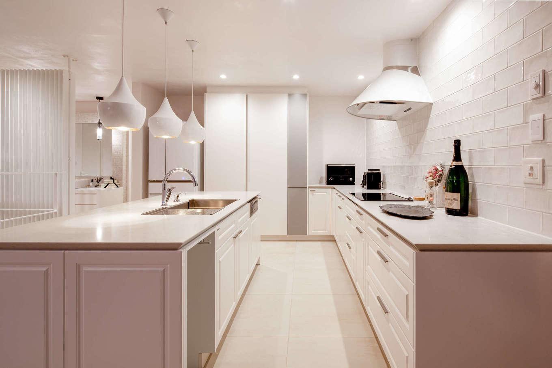 スタイルカーサ【デザイン住宅、趣味、建築家】奥さまの夢を叶えたKITCHEN HOUSEの白いキッチン。シンクとコンロのセパレート型で使いやすく、大勢のゲストが来たときも家事がラクラク。オブジェのようなペンダントライトもすてき